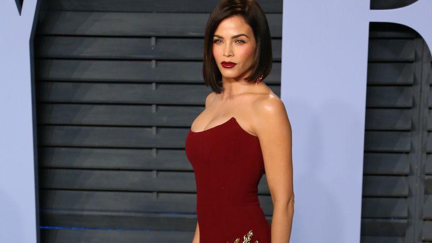 Jenna Dewan Tatum bei der Vanity Fair Oscar Party im dunkelroten Kleid