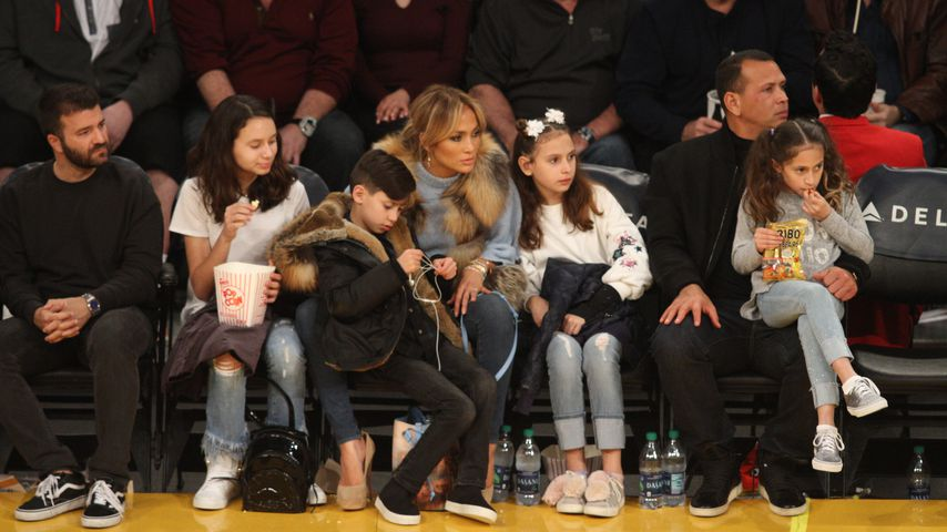 Jennifer Lopez mit Alex Rodriguez und ihren Kindern bei einem Sportevent in Los Angeles