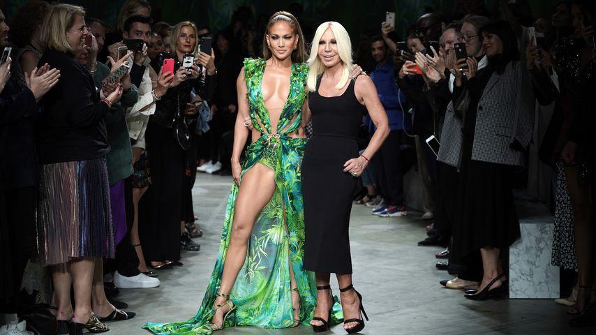 Jennifer Lopez und Donatella Versace auf der Mailand Fashion Week 2019