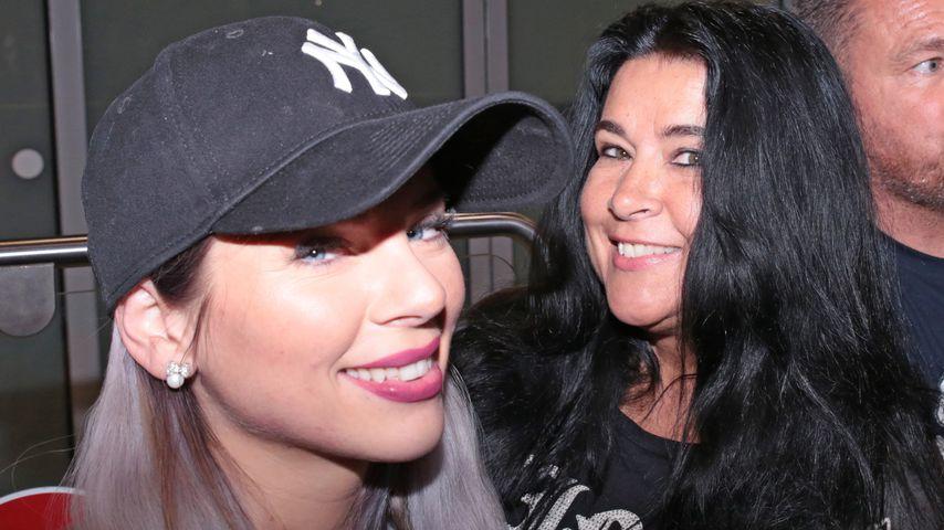 Jenny Frankhauser und ihre Mutter Iris am Frankfurter Flughafen