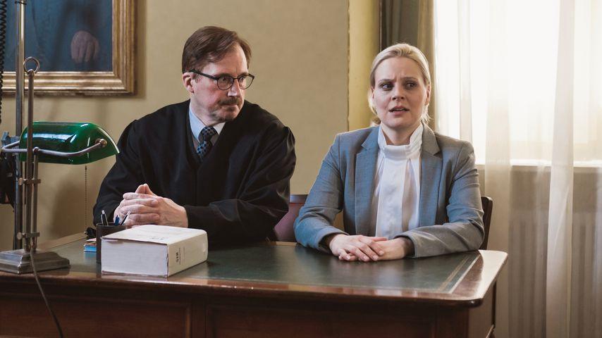 """Jenny Löffler mit Komparse in einer Szene von """"Sturm der Liebe"""""""