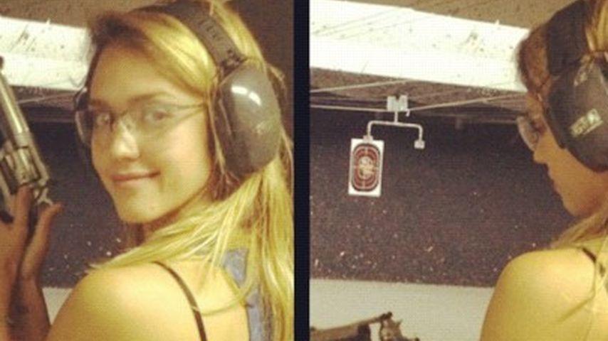 Vorsicht, scharf! Jessica Alba mit Schusswaffe