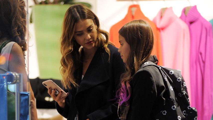 Schauspielerin Jessica Alba und ihre Tochter Honor bei einer Shopping-Tour