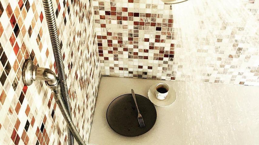 Jessica Biels Essen unter der Dusche