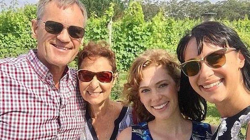Jessica Falkholt mit ihrer Schwester und ihren Eltern (v.r.)