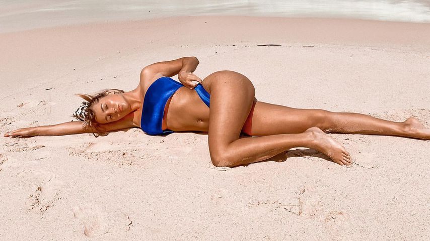 Jessica Fiorini räkelt sich im weißen Sand