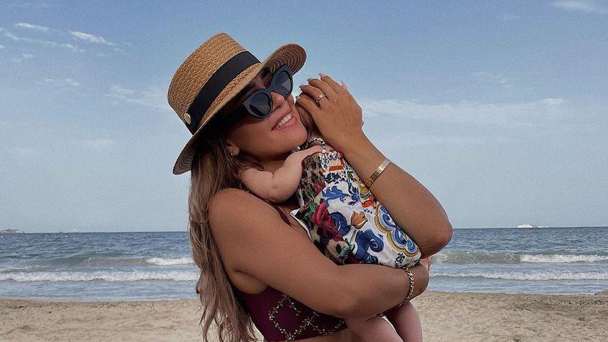 Süßes Strandfoto: Jessica Paszka knuddelt Töchterchen Hailey