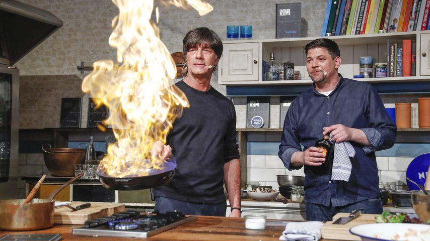 Kochlehrer: Tim Mälzer benotet Jogi Löws Küchenkünste!