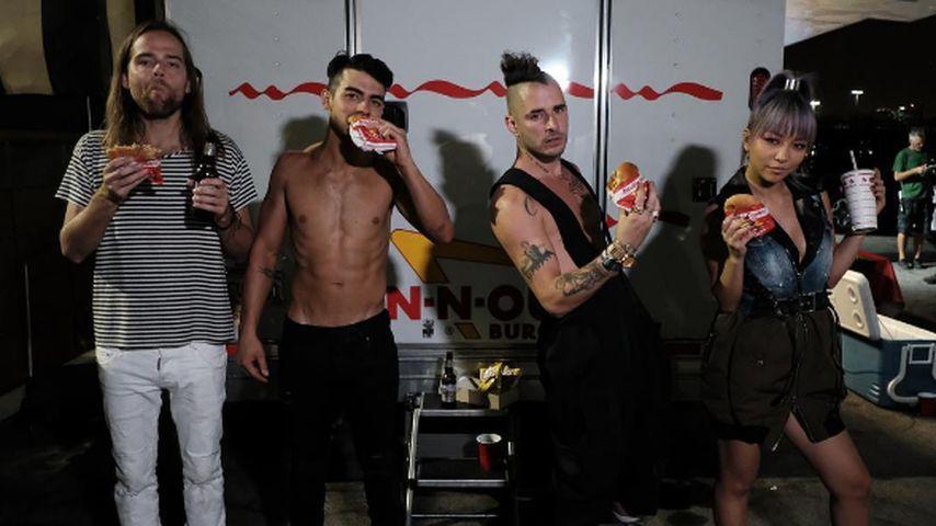 Leckere Mucki-Show! Joe Jonas oben ohne mit Bier & Burger