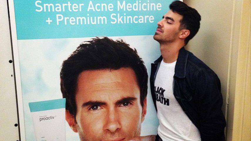 Penis-Gate: Was macht Joe Jonas hier mit Adam Levine?