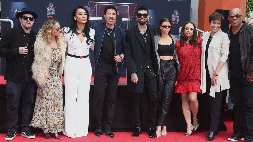 Lionel Richie (4.v.l.) mit seiner Familie auf dem Hollywood Boulevard