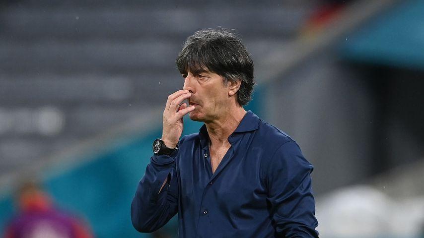 EM-Spiel: Joachim Löws Finger erst in der Nase, dann im Mund