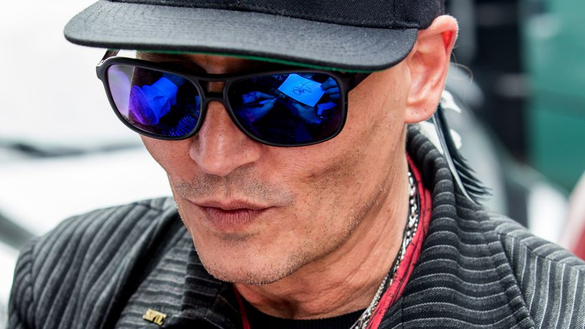 Müde von Tour-Strapazen: Hier kommt Johnny Depp in Berlin an