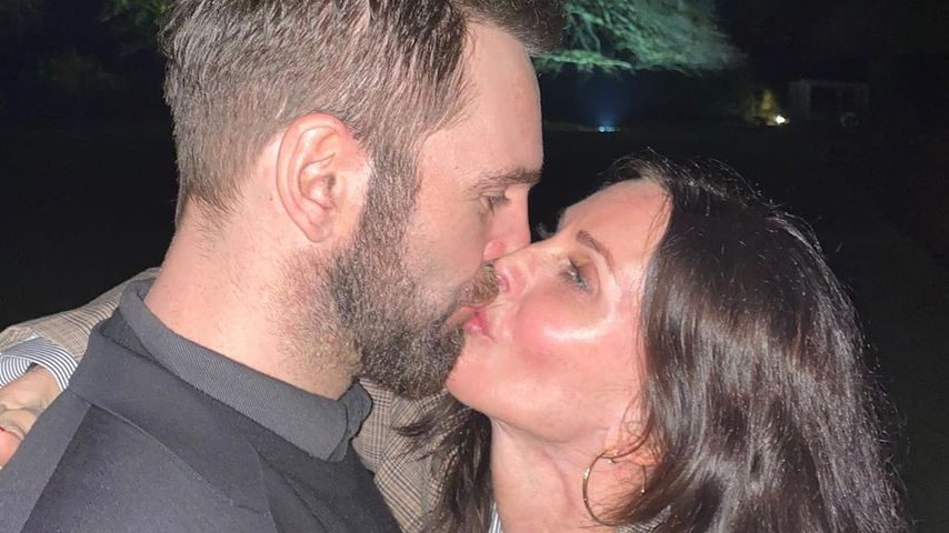 Johnny McDaid und Courteney Cox küssen sich