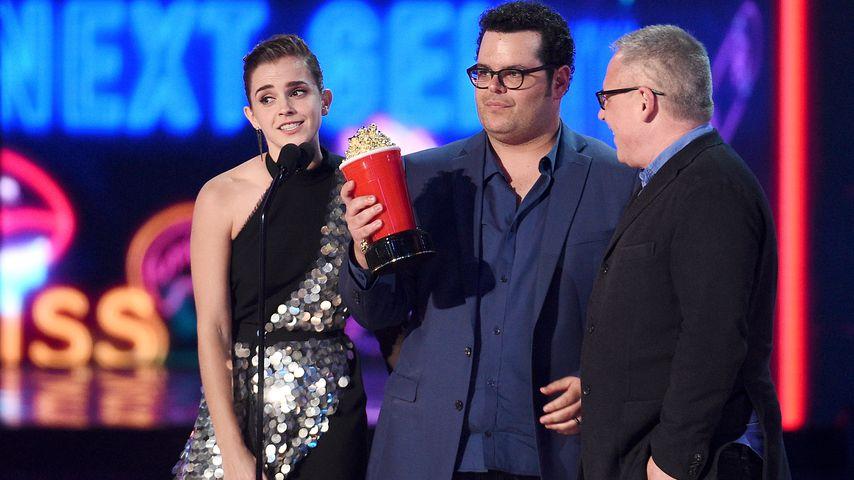 """Emma Watson, Josh Gad und Bill Condon mit der Auszeichnung für """"Die Schöne und das Biest"""""""