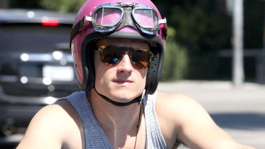 Josh Hutcherson: Cruisen mit rosa Motorrad-Helm