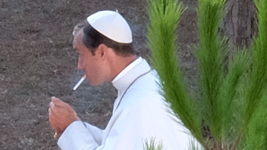 Hallelujah! Jude Law macht auf rauchenden Papst