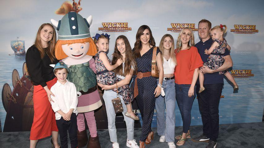 Judith Williams (M.) mit ihrer Familie bei einer Filmpremiere, August 2021