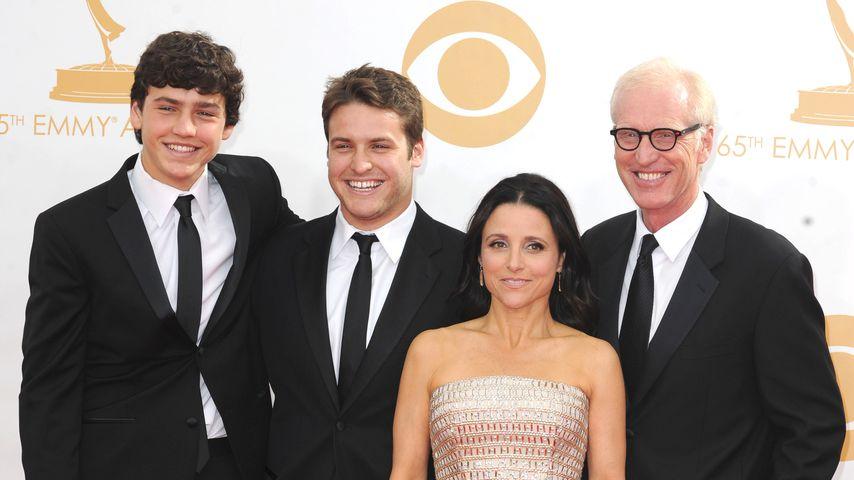Julia Louis-Dreyfus mit ihren Söhnen Charlie und Henry und ihrem Ehemann Brad Hall