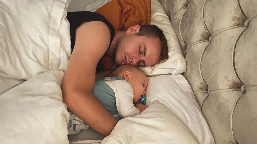 Süßer Mittagsschlaf: Hier kuschelt Bibis Julian mit Sohn Lio