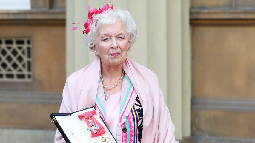 June Whitfield im November 2017 vor dem Buckingham Palace