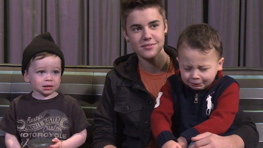 Video: Was macht Justin Bieber da mit den Babys?