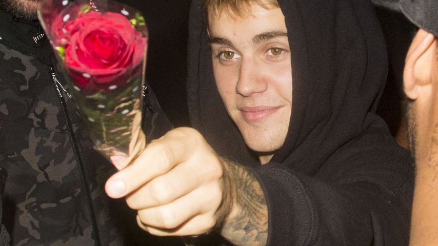 Justin Bieber mit Rosen vor dem Tape Club in London