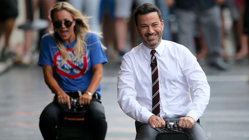 Kaley Cuoco und Jimmy Kimmel beim Wettrennen auf Koffern