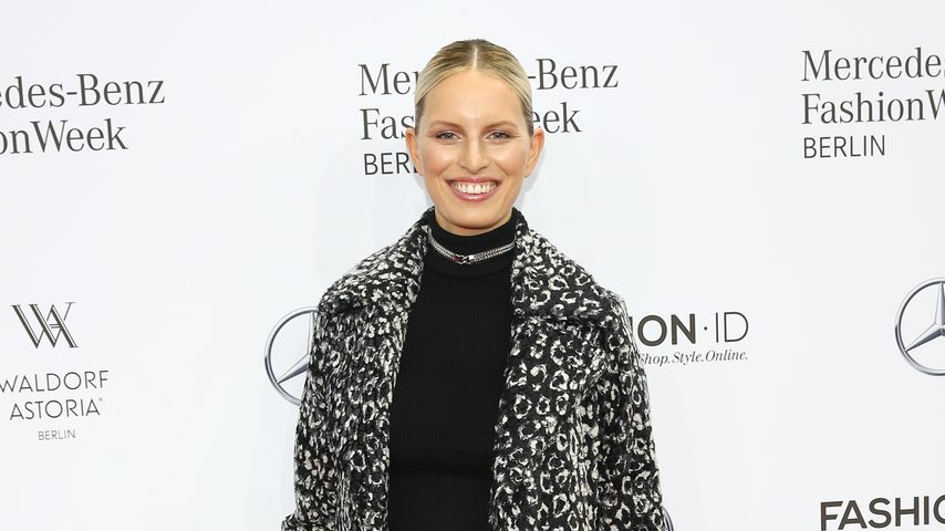 1. Auftritt nach Geburt : Karolina Kurkova strahlt in Berlin