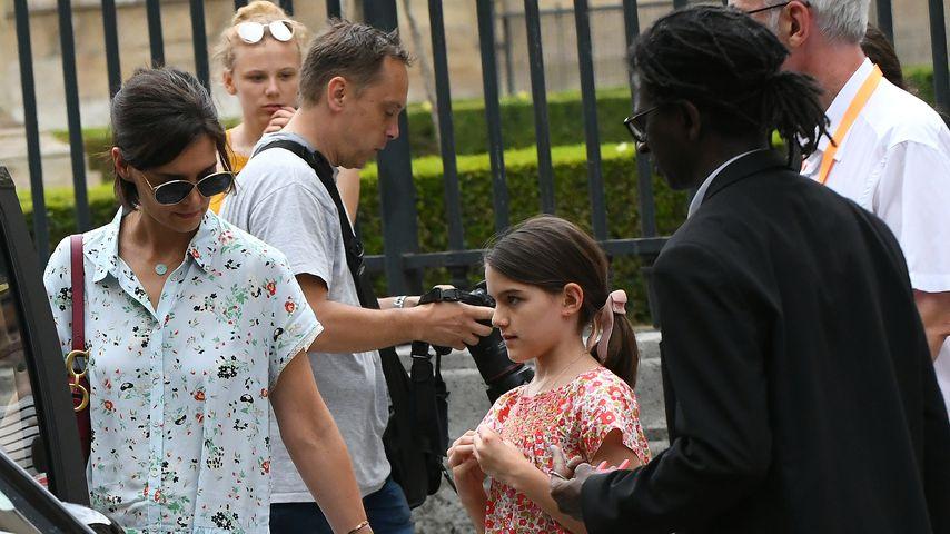 Im Blümchen-Look: Katie Holmes und Tochter Suri in Paris