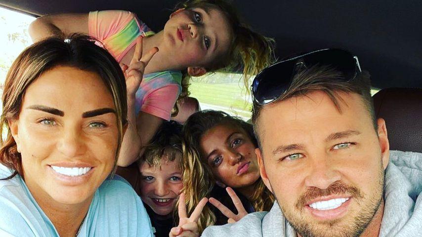 Katie Price mit Carl Woods und ihren Kindern Bunny, Princess und Jett