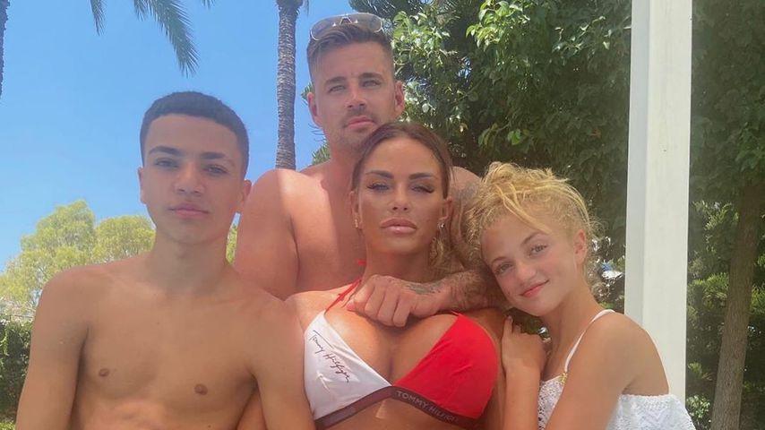 Katie Price mit ihrem Freund Carl Woods und ihren Kindern Junior und Princess im Urlaub 2020