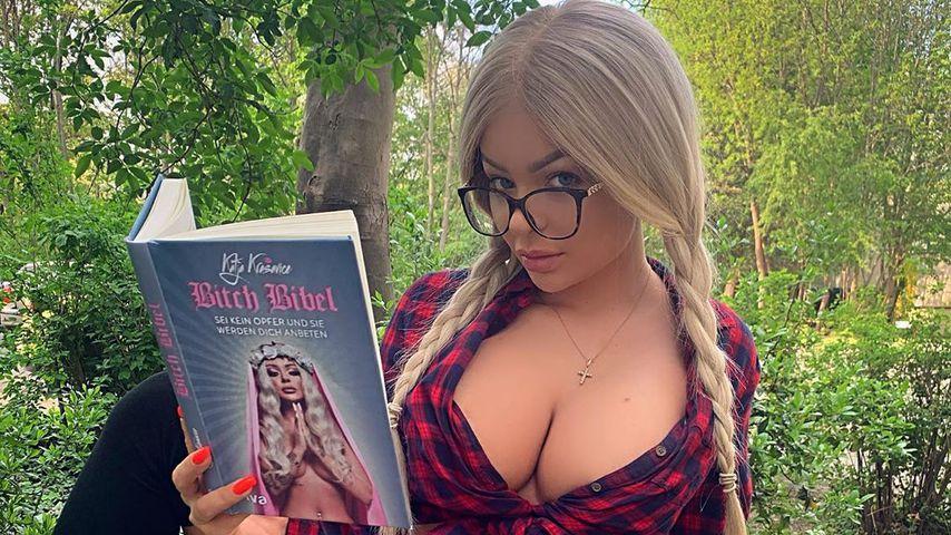 """Katja Krasavice mit ihrem Buch """"Bitch Bibel"""""""