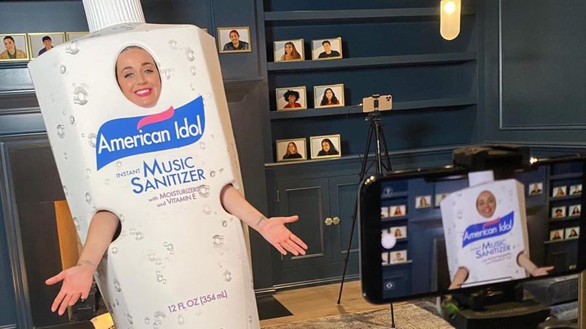 Katy Perry verkleidet sich als Riesen-Desinfektionsmittel