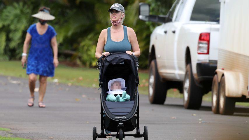 Hier schiebt Katy Perry relaxt ihre Tochter durch die Gegend