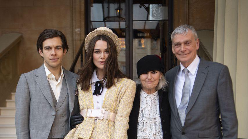 Keira Knightley mit ihrem Mann James Righton und ihren Eltern