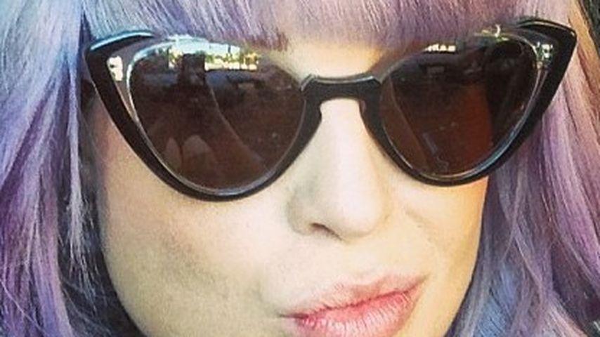 Ponyalarm: Kelly Osbourne happy im Retro-Look
