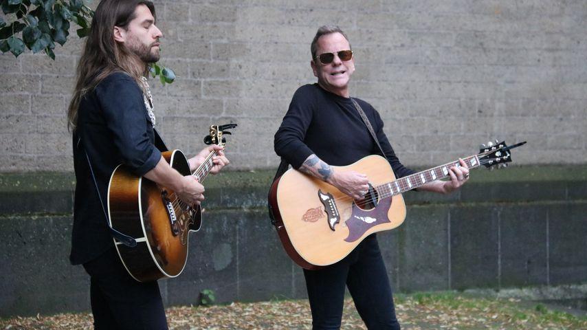 Kiefer Sutherland spielt Gitarre in der Kölner Fußgängerzone