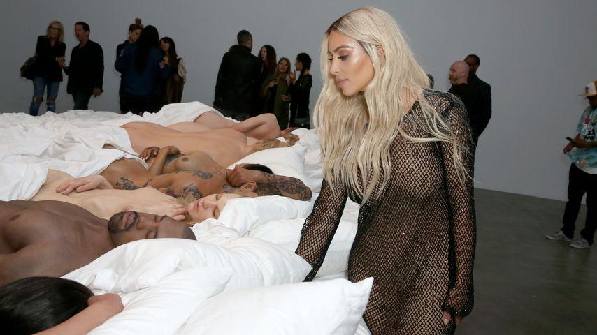 Nackte Kunst?! Kim Kardashian besucht Kanyes Wachsfiguren!