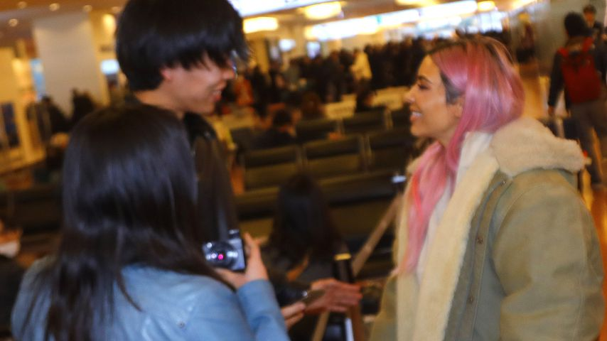 Kim Kardashian im Gespräch mit Fans am Flughafen Tokyo