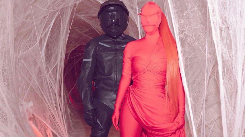Kim Kardashian im roten Bodysuit an Halloween 2020
