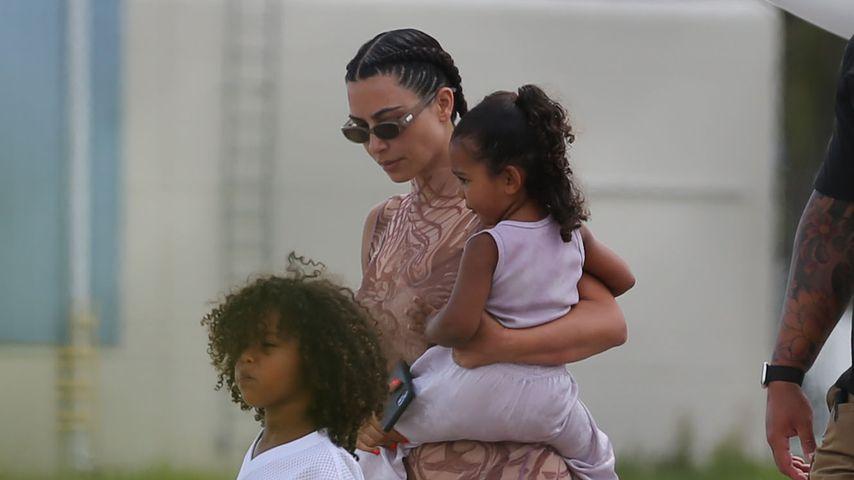 Kim Kardashian mit Saint und Chicago West im August 2020