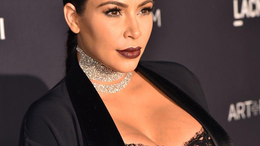 Multitasking-Mum: Kim Kardashian stillt & spendet zeitgleich