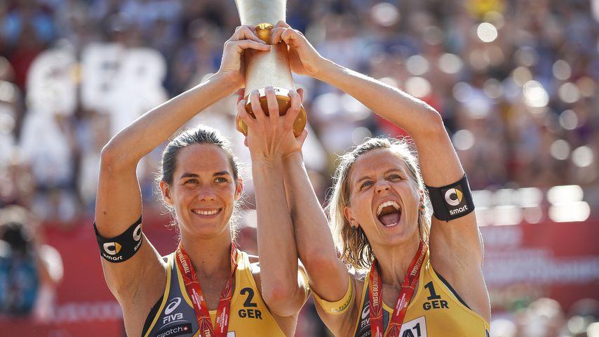 Kira Walkenhorst und Laura Ludwig bei der Weltmeisterschaft-Siegerehrung 2017