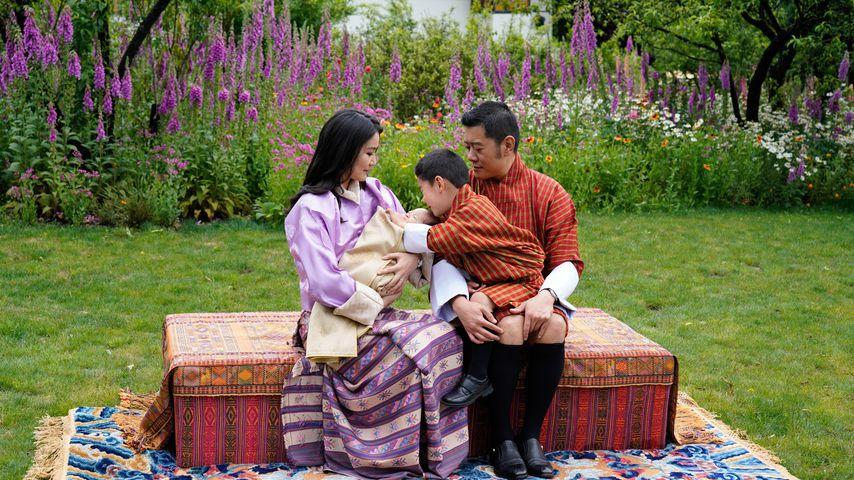 König Jigme Khesar Namgyel Wangchuck, Königin Jetsun Pema und ihre Söhne in Thimphu im Mai 2020