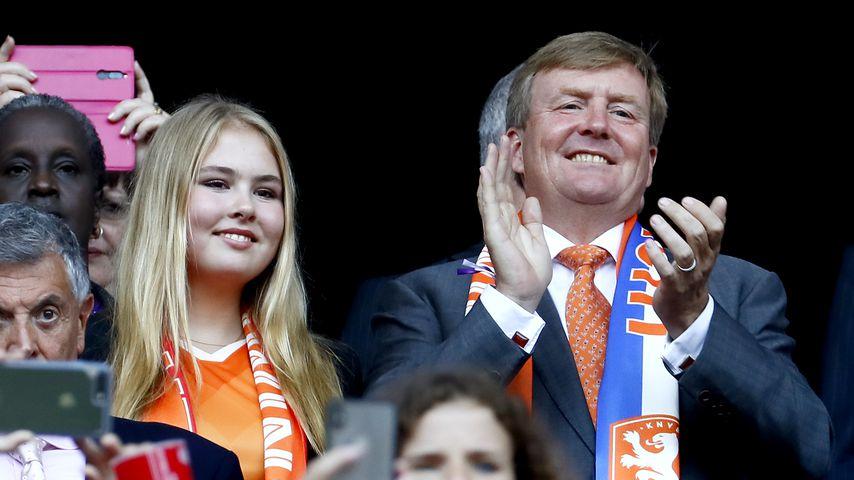 König Willem-Alexander mit seiner Tochter Amalia bei der Fußball-WM der Frauen 2019