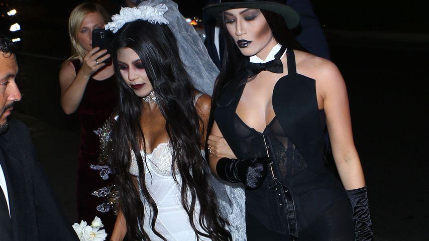 Kourtney Kardashian mit einer Freundin an Halloween