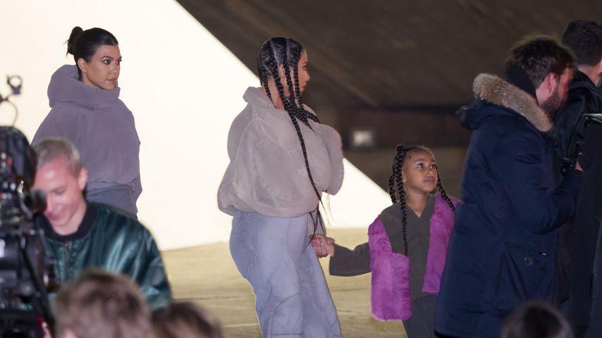Kourtney und Kim Kardashian mit North West bei der Yeezy Fashion Show im März 2020