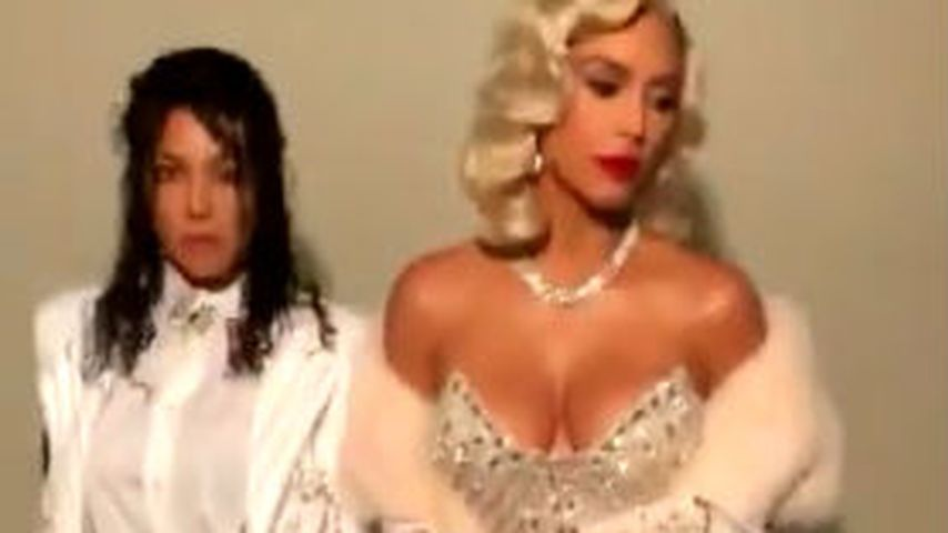 Kourtney Kardashian und Kim Kardashian (rechts)
