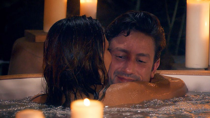 Im Whirlpool: Knutscht Bachelor Daniel mit Girl Nummer 6?